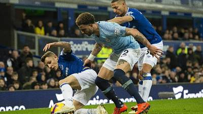 City vince in casa Everton, è in testa