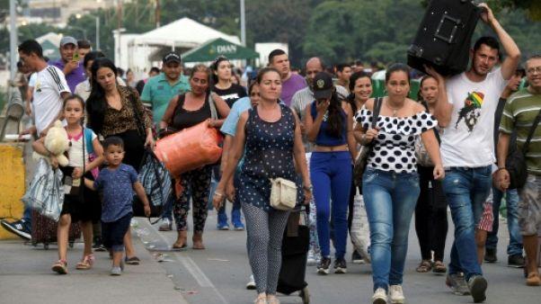 A la frontière de la Colombie, des Vénézuéliens guettent l'aide humanitaire