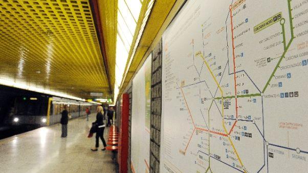 Treno metrò si blocca a fermata Duomo