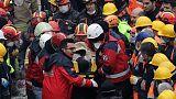 إنقاذ فتى من تحت أنقاض مبنى انهار قبل يومين في اسطنبول