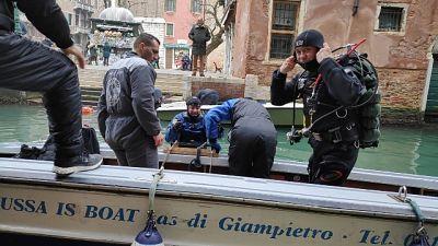 Venezia: pulizia rii da gondolieri-sub