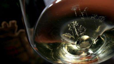 Apre champagne con sciabola, un ferito