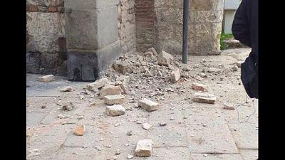Giù pietre e intonaco da mura Prato
