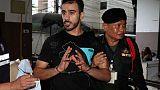شاهد من رويترز: لاعب كرة قدم بحريني لاجئ يستقل طائرة من تايلاند لأستراليا