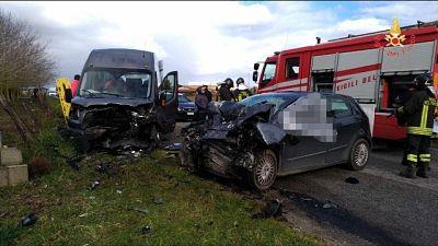 Scontro auto-minibus, un morto e feriti