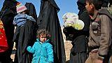 Des centaines de personnes fuient les combats avec l'EI dans l'est syrien