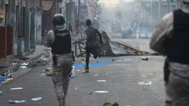 Des policiers face à des manifestants, le 12 février 2019 à Port-au-Prince