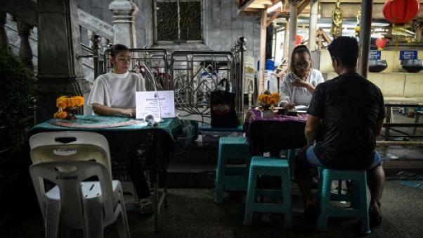 Des cartomanciennes dans un temple bouddhiste à Bangkok le 12 février 2019