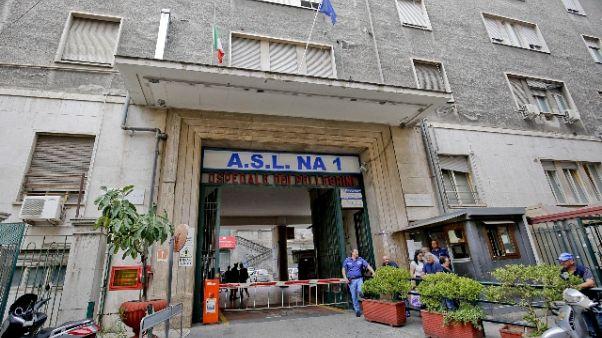 Blatte in bagno ospedale a Napoli