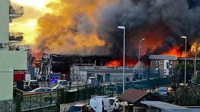Incendio fabbrica, persone intossicate