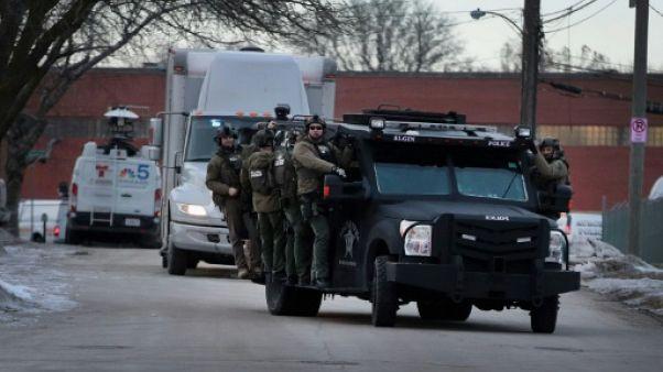 Etats-Unis: cinq morts, des policiers blessés, dans une fusillade près de Chicago