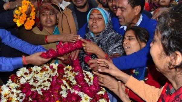Inde: funérailles des paramilitaires tués, appels à la vengeance