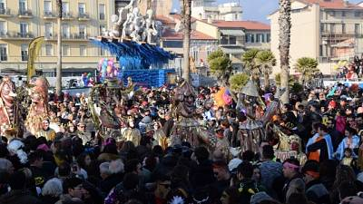 Carnevale Viareggio: folla a sfilata