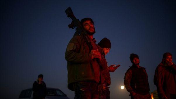 Syrie: des civils et combattants de l'EI se rendent, d'autres résistent