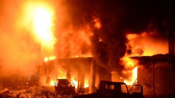 Flammes et fumées s'échappent d'immeubles à Dacca le 21 février 2019