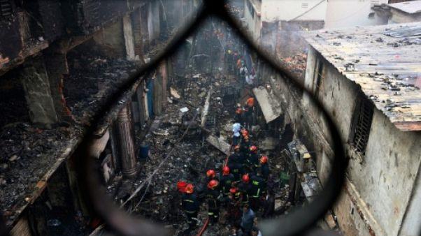 Explosions et boules de feu: dans l'enfer de l'incendie au Bangladesh