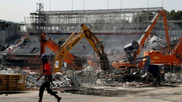 Vue des travaux sur le court central de Roland-Garros, le 24 juillet 2018