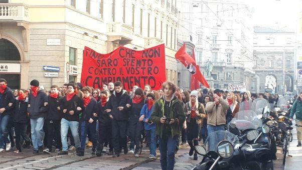 A Milano corteo studenti contro Governo