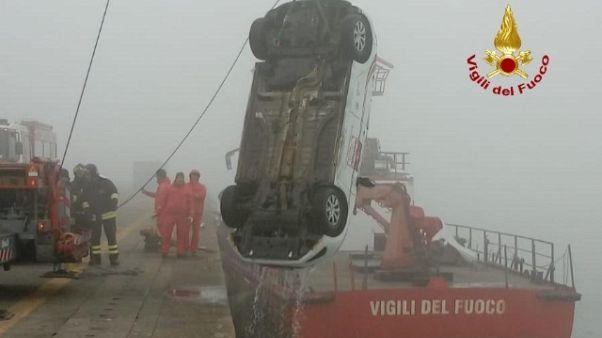 Venezia, auto in acqua per la nebbia