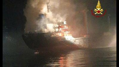 Fiamme su nave cargo al largo Chioggia