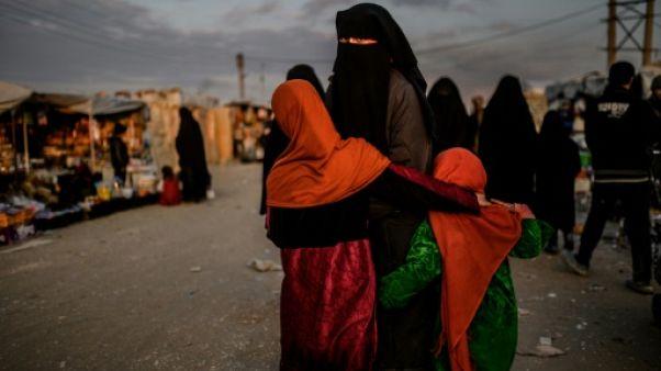 Au camp d'Al-Hol, des femmes jihadistes taiseuses et sous tension