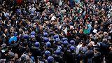 عشرات الآلاف من الجزائريين يدعون بوتفليقة للتنحي
