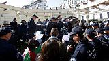 الشرطة الجزائرية تطلق الغاز المسيل للدموع لتفريق محتجين في العاصمة