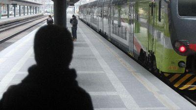 Scende al volo da treno, multato