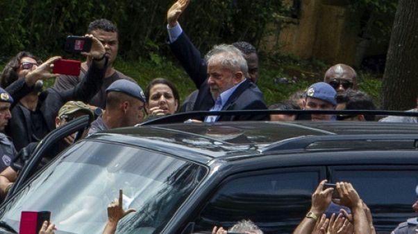 Brésil: Lula acclamé par ses sympathisants aux obsèques de son petit-fils