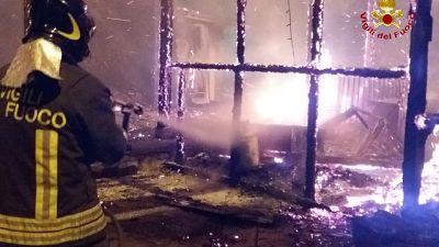 Incendio in negozi a Villaggio Palumbo