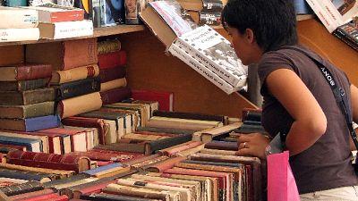 Insegnante dona 8.000 libri a biblioteca