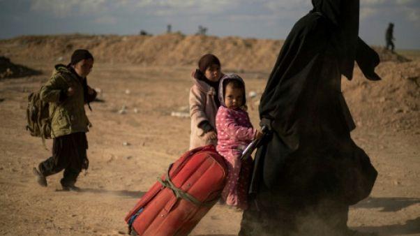 """Emergeant des ruines du """"califat"""" en Syrie, ils témoignent de l'horreur"""