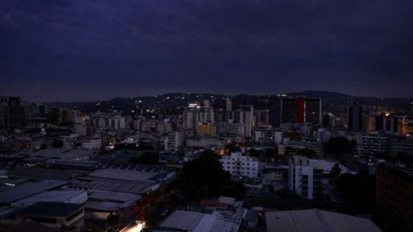 """Le Venezuela plongé dans le noir, le régime dénonce une """"guerre de l'électricité"""""""