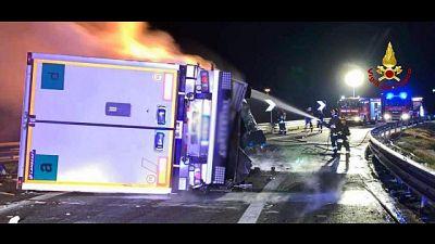 Camion prende fuoco in A14,spento da Vvf