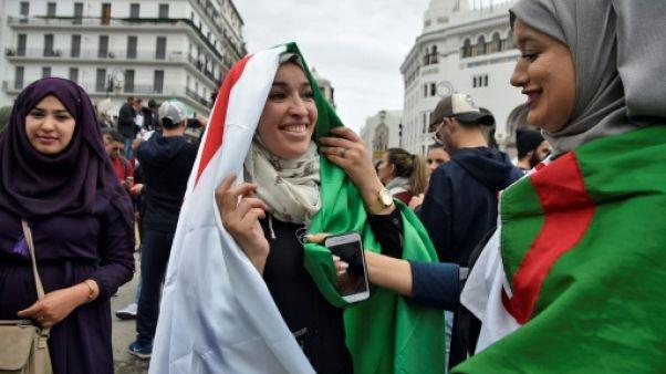 Manifestations en Algérie: les drapeaux, aubaines des vendeurs à la sauvette