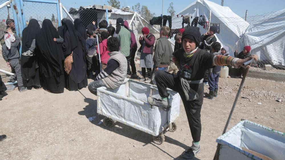 More civilians leave Islamic State's Syria enclave, delaying