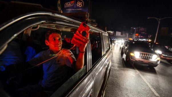 """Troisième jour de panne au Venezuela: Guaido réclame """"l'état d'urgence"""""""