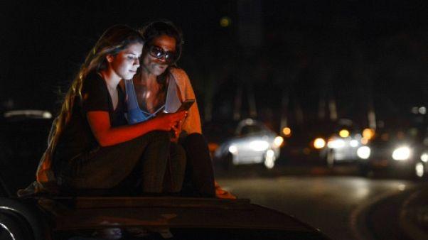 Venezuela: sur l'autoroute en quête de réseau téléphonique