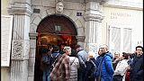A Trieste fila voto statua Maria Teresa