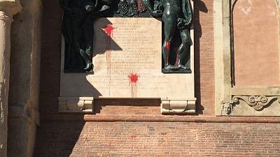 Imbrattato monumento su Comune Bologna