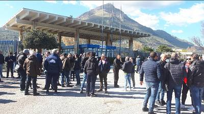 Blutec:operai davanti cancelli fabbrica