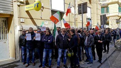 Reddito, fila autisti Ncc a Poste Napoli