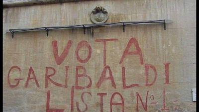 Decoro cancella scritta 'Vota Garibaldi'