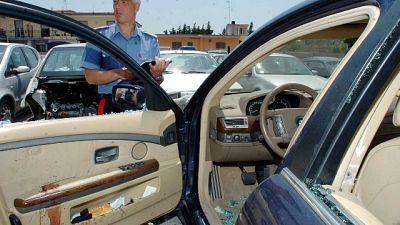 Donna strappata da auto, ladro la uccide