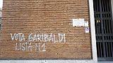 Scritta'Vota Garibaldi'su palazzo Comune