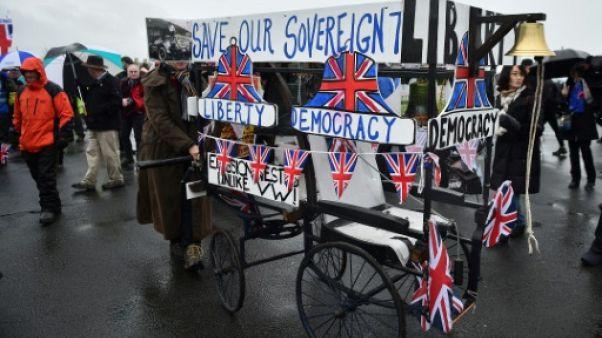 S'estimant trahis, des manifestants pro-Brexit mettent le cap sur Londres