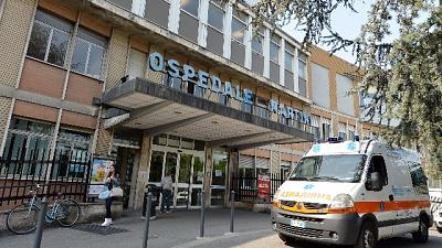 Crolla intonaco ospedale, donna ferita