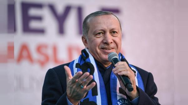 Micro en main, Erdogan se fait crooner pour charmer les électeurs