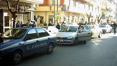 Sequestra 15 persone in Curia Frosinone