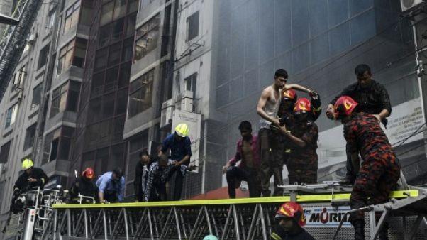 Incendie d'un immeuble à Dacca: le bilan s'établit à 25 morts